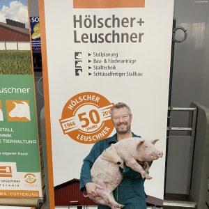 Landwirt mit Schwein-min